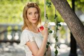 Donna moda giovane con apple in un parco di città — Foto Stock