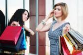 Due giovani donne con sacchetti di shopping di moda — Foto Stock