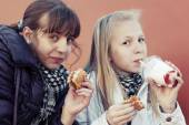 Teenage girls eating a burgers — Stock Photo