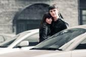 快乐的年轻时尚情侣在城市的街头 — 图库照片