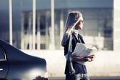 在汽车金融论文时尚商务女人 — 图库照片