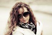 Donna triste moda in occhiali da sole all'aperto — Foto Stock