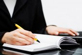 Empresária, escrevendo no caderno — Fotografia Stock