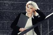 Молодой бизнес женщина с папкой — Стоковое фото