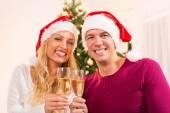 幸せなクリスマスのカップル — ストック写真