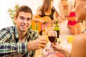 Desfrutando de boa companhia com bom vinho — Fotografia Stock