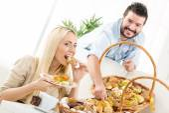 Happy Couple Eating Pastry — Stockfoto
