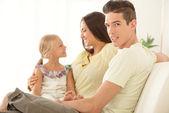 Szczęśliwa rodzina w domu — Zdjęcie stockowe