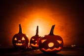 Halloween dýňové lampióny temné světlo naštvaný obličej spadají — Stock fotografie