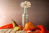 Stilleben weiße Gerbera Flasche Früchte — Stockfoto
