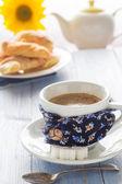 Kávy šálek černé dřevěné desce hnědý bílý džbán mléka slunečnice cro — Stock fotografie
