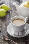 Koffie beker zwarte houten bord bruin peren witte kruik — Stockfoto