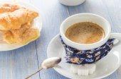 Coffee cup black wooden board brown white milk croissants — Foto de Stock