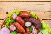 Carnes fondo cesta carne embutidos — Foto de Stock