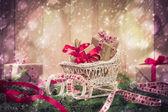 Feriados que próximo nevando Natal presentes agulhas de trenó — Fotografia Stock