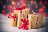 Pakete präsentiert Hintergrund Farbige Lichter Weihnachtsgeschenk — Stockfoto