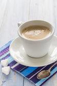 コーヒー カップ、黒茶色の木製のボード ホワイト — ストック写真