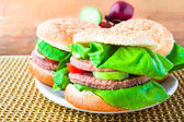 коврик деревянный две домашние на гриле гамбургер — Стоковое фото