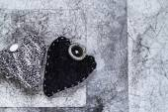 Dia dos namorados coração cinzento velho enrugado papel de fundo — Fotografia Stock