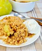 Crumble with pears in bowl on linen tablecloth — Stock Photo