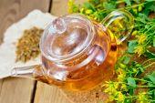 чай с новым и сухим tutsan в стекле teapo на борту — Стоковое фото
