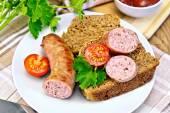 Salchichas fritas con pan y tomate en placa — Foto de Stock