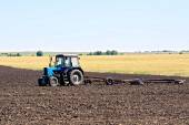 Tractor wheeled plowing — Stockfoto
