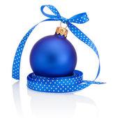 синий рождественские шар с лентой лук изолированные на белом фоне — Стоковое фото