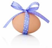 Easter egg with festive purple bow isolated on white background — Stock Photo