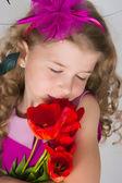 Mooi meisje en tulpen — Stockfoto