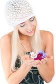 Blondes mädchen mit einem blumenstrauß veilchen — Stockfoto