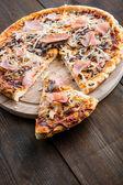 Pizza med skinka — Stockfoto