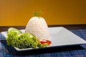 Ryż na białym talerzu — Zdjęcie stockowe
