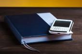 Bloc de notas y teléfono — Foto de Stock