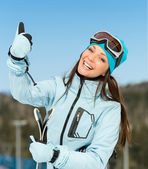 Halvlångt porträtt av kvinnliga downhill skidåkare thumbing upp — Stockfoto