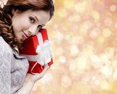 若い女性がクリスマス プレゼントに満足 — ストック写真