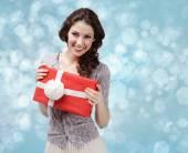 魅力的な女性の手白の弓とプレゼント — ストック写真
