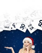 Beautiful woman in Christmas cap gestures palm up offer of the day — Stock Photo