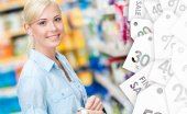 Portrait of young girl at the shop on sale — Stockfoto