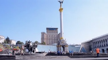 Workers clean Maidan, Independence monument, Kiev, Ukraine . — Stock Video