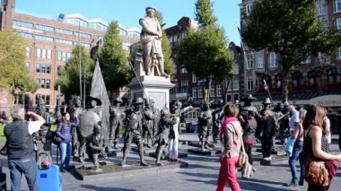 Travelers, sculptures of the Night Watch in 3D, Rembrandtplein (Rembrandt Square) , Amsterdam, Netherlands, — Stock Video