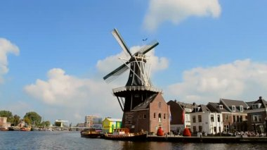 Windmill De Adriaan in Haarlem, Netherlands. — Stock Video