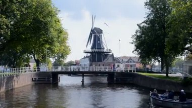 Windmill De Adriaan in Haarlem, Netherlands. — Stok video