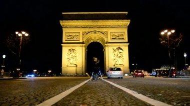Arc de Triomphe (AKA Arch of Triumph of the Star) on Avenue des Champs-Elysees, Paris. — Stock Video