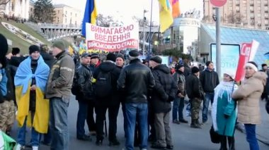 Military slogans during Euro maidan anniversary on Kreshatik street in Kiev, Ukraine. — Stock Video