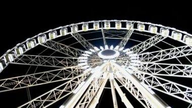 Giant wheel attraction near Avenue des Champs-Elysees, Paris, France. — Stock Video