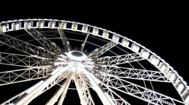 Giant wheel attraction near Avenue des Champs-Elysees, Paris, France. — Stock Video