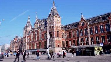 Amsterdam Central Station (aka Amsterdam Centraal), Amsterdam, Netherlands. — Vídeo de stock