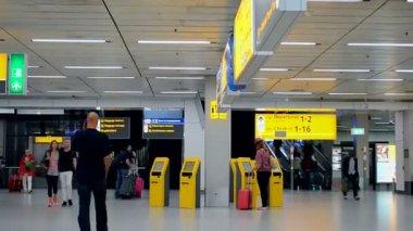 Passengers inside of Amsterdam Airport Schiphol, Amsterdam, Netherlands. — Vídeo de stock