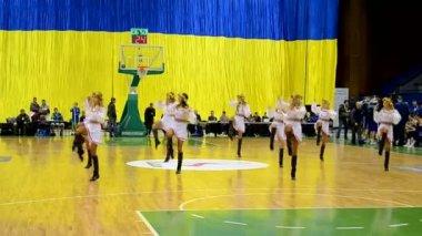 Kiev, Ukrayna F4 son Basketbol Şampiyonası sırasında dans amigo grubu. — Stok video